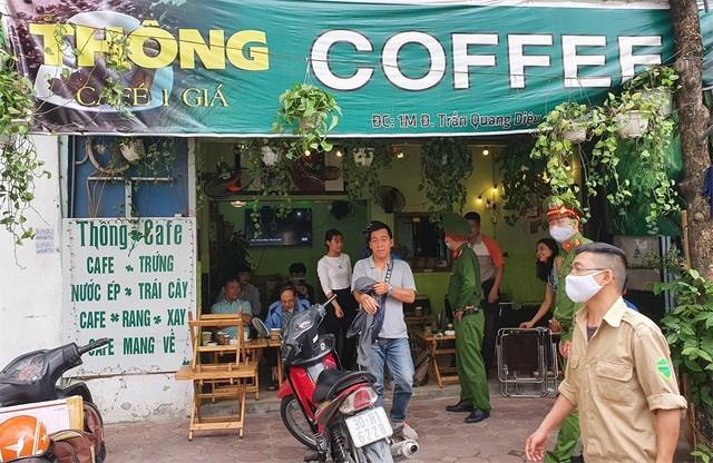 Lực lượng công an vận động các quán cà phê đóng cửa.