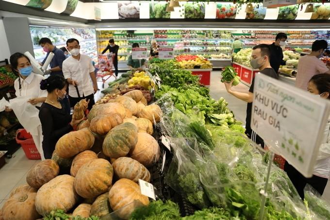 Một cửa hàng rau quả, thực phẩm được mở cửa kinh doanh trong mùa dịch.