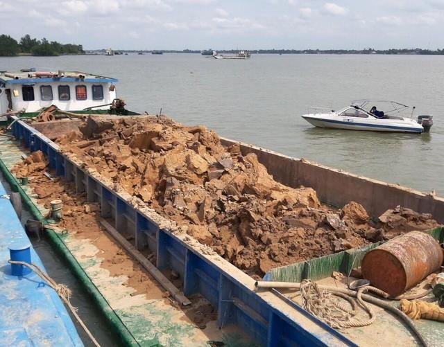 Sà lan trộm đất sét trên sông bị công an tạm giữ