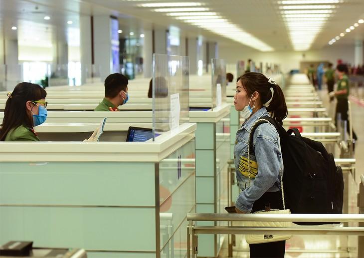 Hành khách Việt Nam nhập cảnh tại sân bay Nội Bài.
