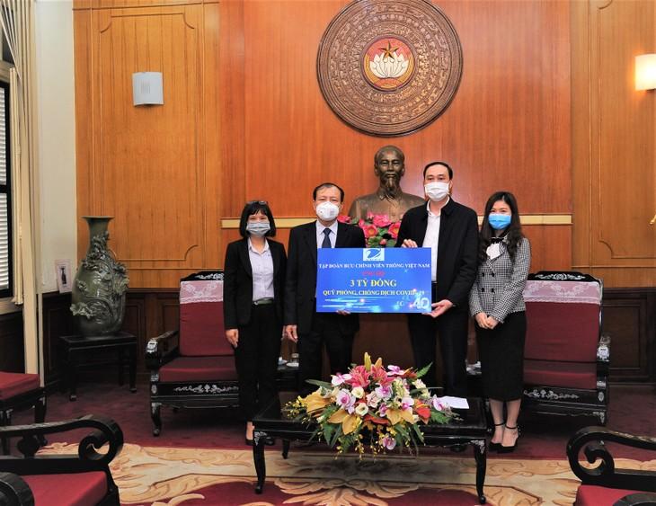 Thông qua Ủy ban Trung ương Mặt trận Tổ quốc Việt Nam, đại diện lãnh đạo Tập đoàn VNPT trao tượng trưng số tiền ủng hộ công tác phòng, chống dịch Covid-19