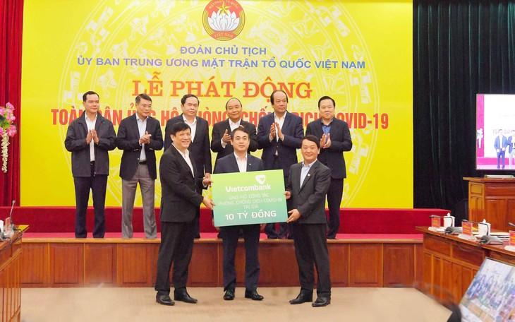 Thủ tướng Nguyễn Xuân Phúc và các đại biểu chứng kiến Vietcombank ủng hộ 10 tỷ đồng cho công tác phòng, chống Covid-19