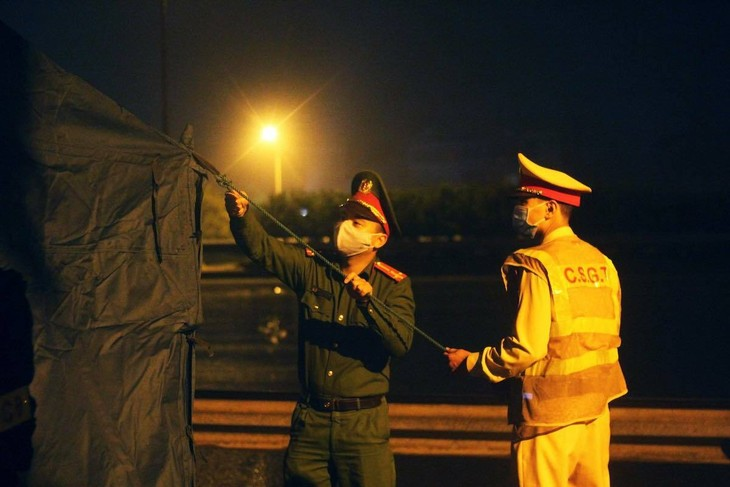 Công an dựng lều dã chiến ở chốt kiểm soát đêm 1/4.