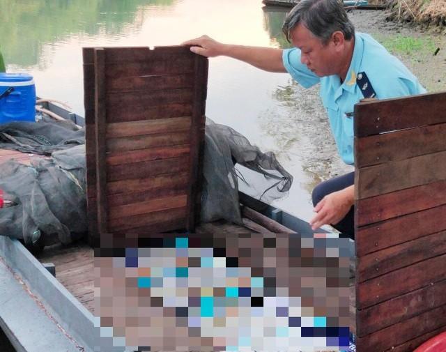 An Giang: Giấu 15.000 gói thuốc lá dưới vỏ lãi ngụy trang đi đánh bắt thủy sản