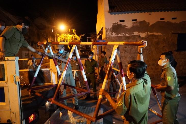 Công an khiêng barie lên xe, giải tỏa khu cách ly ở phường Đức Thắng, đêm 4/3.