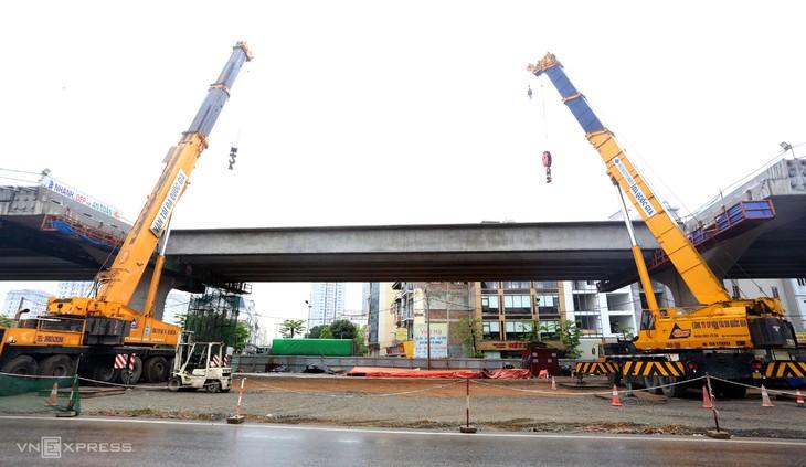 Các phiến dầm cuối cùng của dự án cầu cạn vành đai 3 chuẩn bị được lao lắp