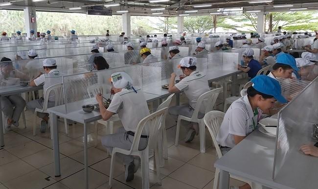 Công ty TNHH Nidec Việt Nam (Khu công nghệ cao) đã triển khai ngăn vách bàn ăn, hạn chế lây lan dịch bệnh COVID-19.