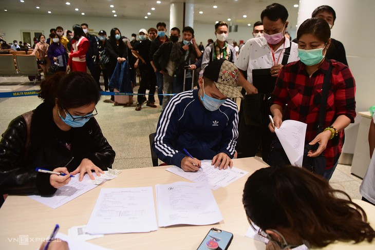 Hành khách trở về từ châu Âu làm thủ tục xét nghiệm nCoV ngay tại sân bay Nội Bài, ngày 18/3