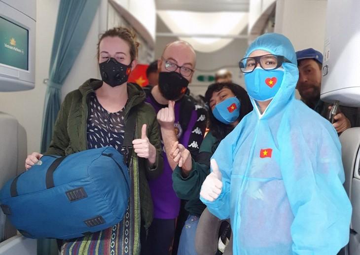 Hành khách châu Âu hồi hương trên máy bay Vietnam Airlines. Ảnh: VNA.