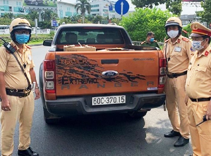 CSGT phát hiện lô hàng khẩu trang trên xe. Ảnh: CSGT Đội Tân Sơn Nhất.