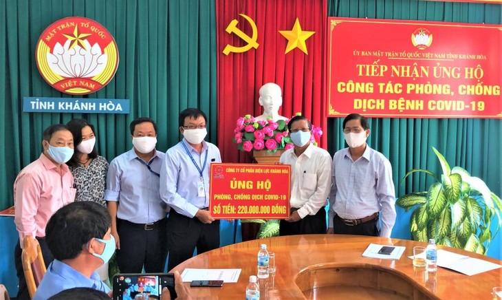 Ông Nguyễn Cao Ký - Tổng giám đốc PC Khánh Hòa trao tượng trưng tiền ủng hộ công tác phòng chống dịch Covid 19