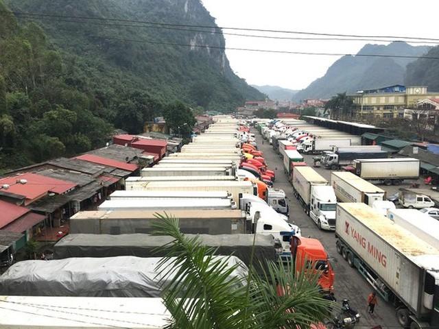 Theo Bộ Công Thương, tính đến hết ngày 8/4, trên toàn tuyến biên giới phía Bắc đang tồn khoảng 1.698 xe và 1 toa hàng.