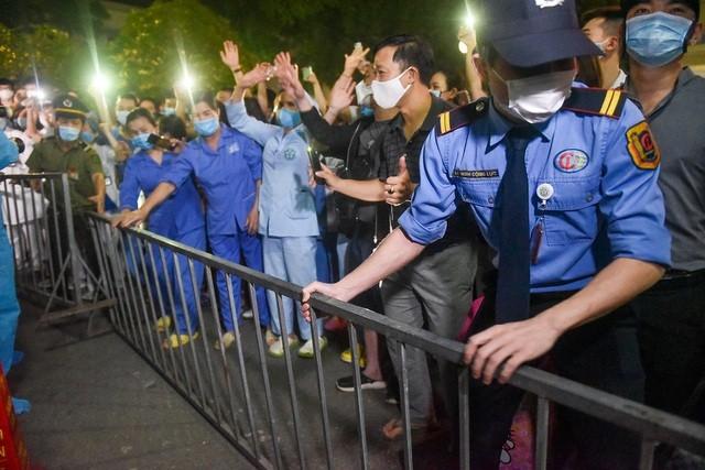 Khoảnh khắc gỡ bỏ hàng rào phong toả BV Bạch Mai lúc 0h ngày 12/4