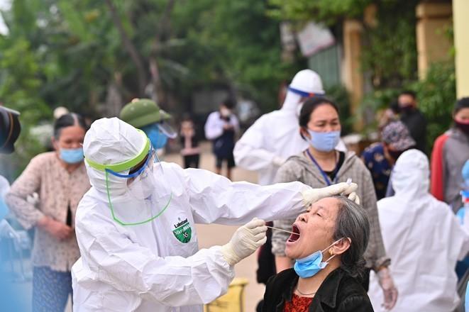 Lấy mẫu xét nghiệm cho người dân tại thôn Hạ Lôi, Mê Linh, Hà Nội