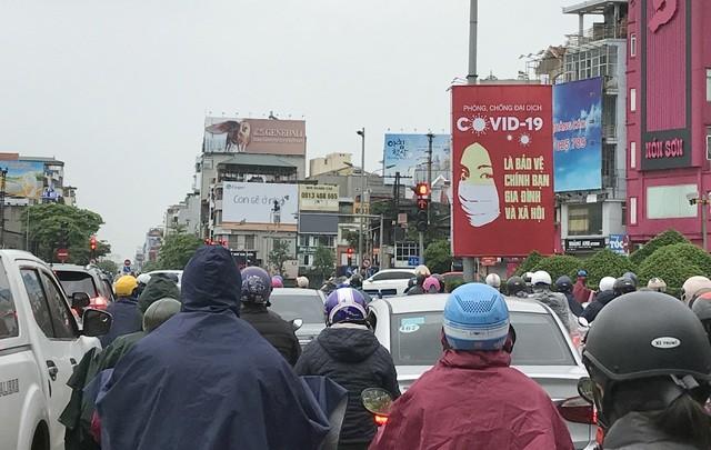 Đầu đường Xã Đàn - Đê La Thành trong sáng 13/4 lại đông đúc trở lại.