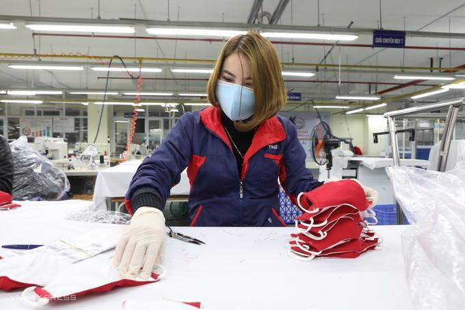 Công nhân sản xuất khẩu trang tại Công ty cổ phần Đầu tư và thương mại TNG