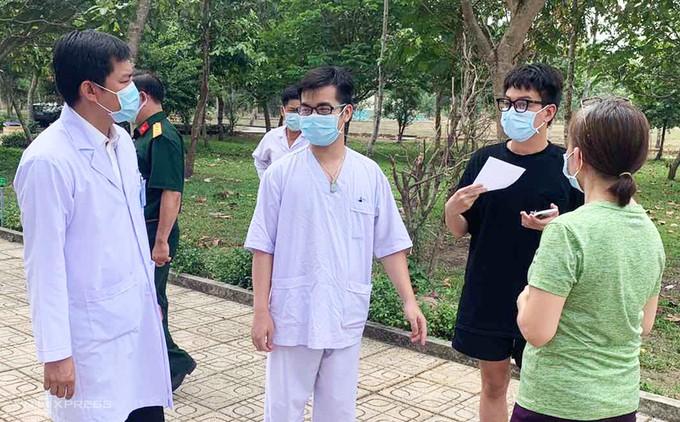 Các bệnh nhân trao đổi với bác sĩ trước khi xuất viện tại Bệnh viện dã chiến Củ Chi sáng 14/4. Ảnh do bệnh viện cung cấp.