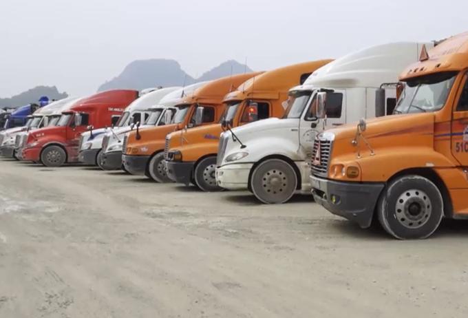 Xe hàng đỗ tại cửa khẩu Tân Thanh
