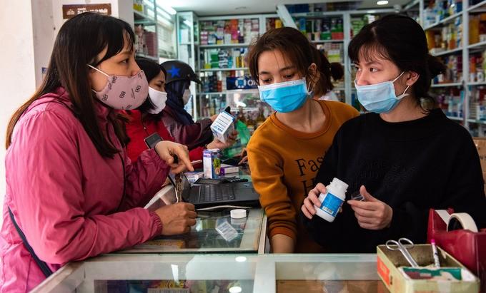 Khách đến mua thuốc tại một cửa hàng trên đường Vũ Trọng Phụng, quận Thanh Xuân hồi tháng 3