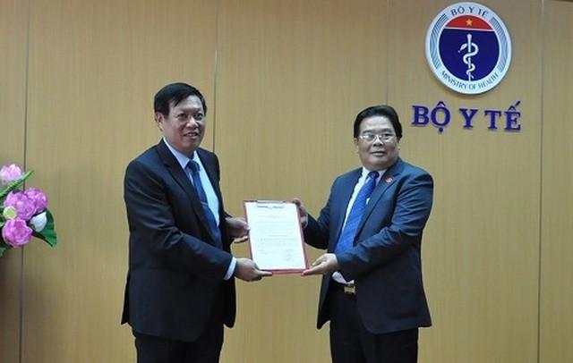 Thứ trưởng Đỗ Xuân Tuyên (trái) nhận quyết định chuẩn y làm Bí thư Đảng ủy Bộ Y tế.