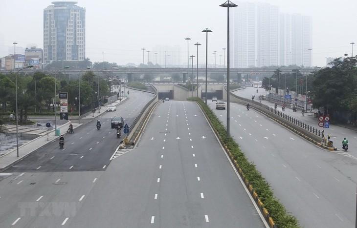 Đường Trần Duy Hưng, mật độ giao thông giảm hơn ngày thường, trong những ngày thực hiện giãn cách xã hội. Ảnh: TTXVN