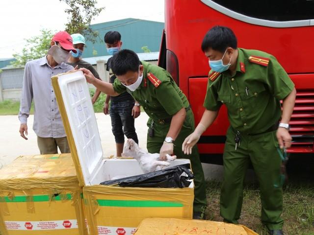 Lực lượng chức năng tiến hành kiểm đếm lượng thực phẩm vi phạm trên chiếc xe giường nằm. (Ảnh: Công an Hà Tĩnh)