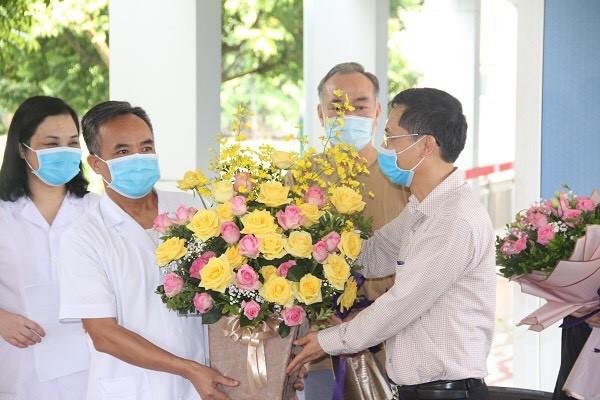 Người nhà bệnh nhân đã khỏi bệnh tặng hoa cảm ơn các y bác sĩ