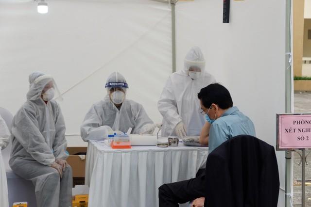 Đội ngũ y bác sĩ lấy mẫu test nhanh người dân quanh Bệnh viện Bạch Mai