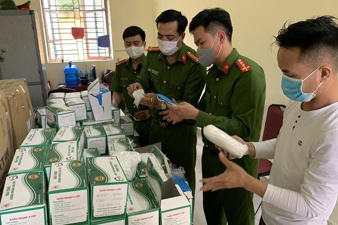 7.500 chiếc khẩu trang y tế gắn thương hiệu Hanico bị thu giữ. Ảnh: Công an
