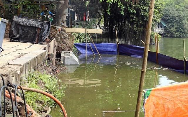 Những khối bê tông đúc sẵn dài khoảng 2,5 m được dùng làm bờ kè bờ hồ Hoàn Kiếm
