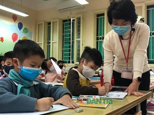 Học sinh Hà Nội đeo khẩu trang trong lớp để phòng chống covid-19.