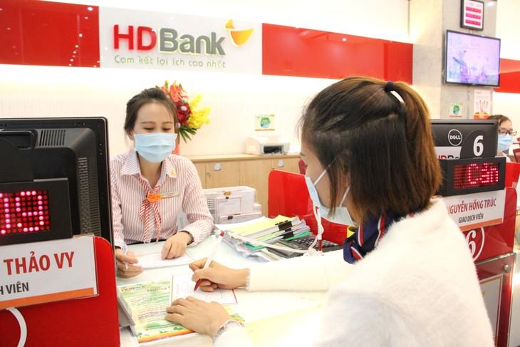 Khách hàng giao dịch tại HDBank mùa dịch Covid 19