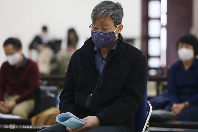 Ông Nguyễn Bắc Son ngồi ghế tựa ở phiên toà sáng nay.