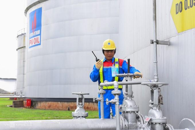 Công nhân làm việc tại kho trữ xăng dầu của Tổng công ty Dầu Việt Nam (PVOil).