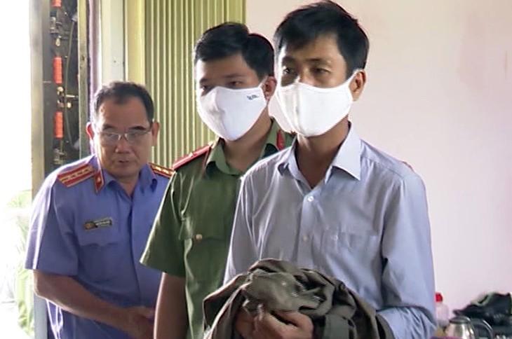 Nguyễn Mộng Xuyên (bìa phải) khi bị bắt tạm giam