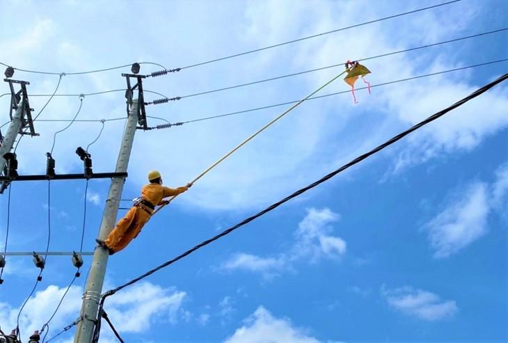 Việc thả diều gần hành lang an toàn lưới điện, trạm biến áp sẽ làm tăng nguy cơ gây mất an toàn điện