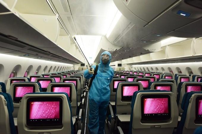 Khử trùng trên máy bay Vietnam Airlines.