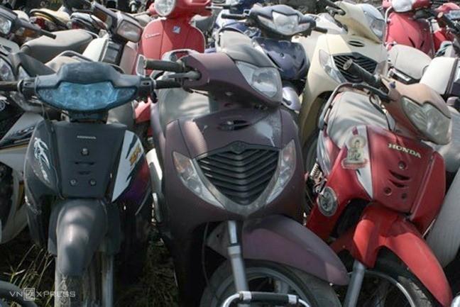 Nhiều xe máy vô thừa nhận để ở các bãi xe ở Hà Nội.
