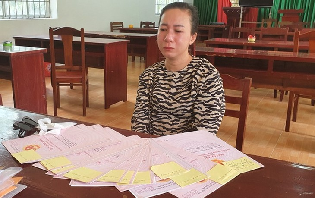 Đối tượng Trần Thị Oanh bên 12 giấy đỏ làm giả