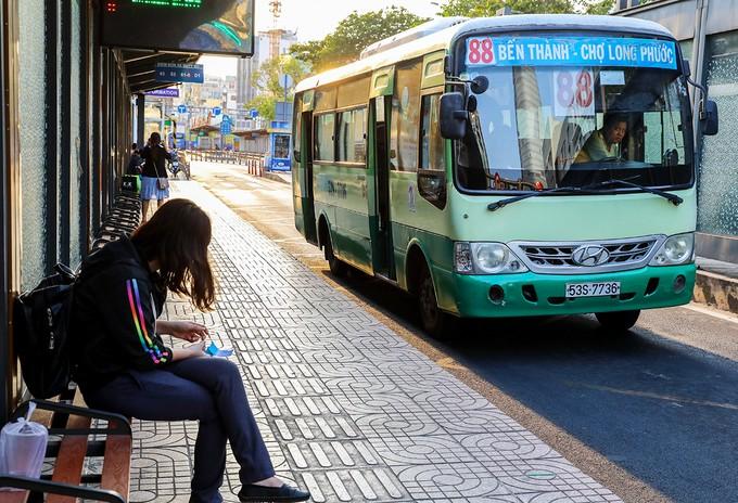 Bến xe buýt trên đường Hàm Nghi (quận 1) vắng vẻ trong ngày 30/3.