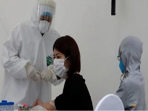 Nhân viên y tế lẫy mẫu xét nghiệm covid-19. Ảnh: Reuters