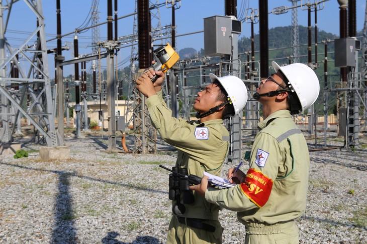 Công nhân PTC2 kiểm tra phát nhiệt, ngăn ngừa sự cố TBA