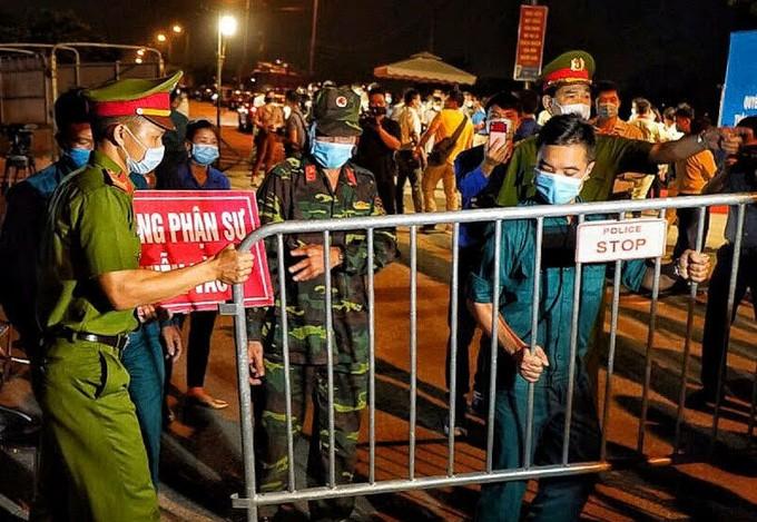 Cảnh sát dỡ chốt cách ly thôn Hạ Lôi lúc 0h ngày 6/5.