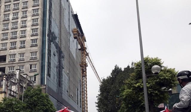 Cẩu tháp đã được dựng bên tòa nhà 8B Lê Trực