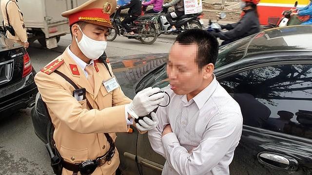 Cảnh sát giao thông kiểm tra nồng độ cồn người điều khiến phương tiện giao thông.