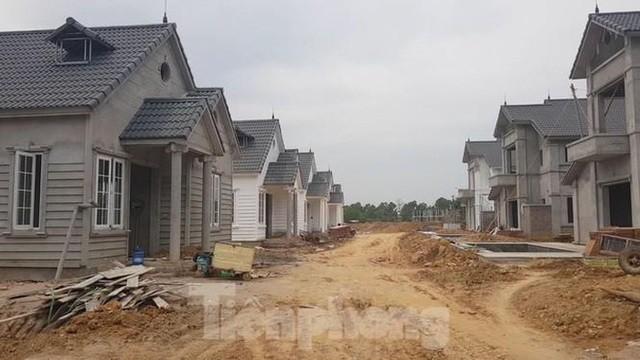 Hàng loạt căn biệt thự tại dự án đang hoàn thành (Ảnh: Tiền Phong).