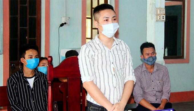 Bị cáo Hậu (áo sọc trắng) tại tòa.