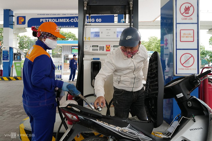 Người dân mua xăng tại cây xăng ở Cầu Giấy, Hà Nội
