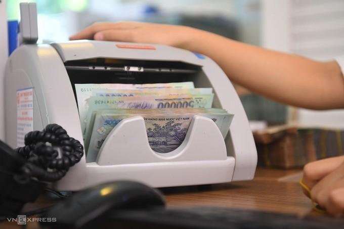 Nhân viên ngân hàng kiểm đếm tiền.