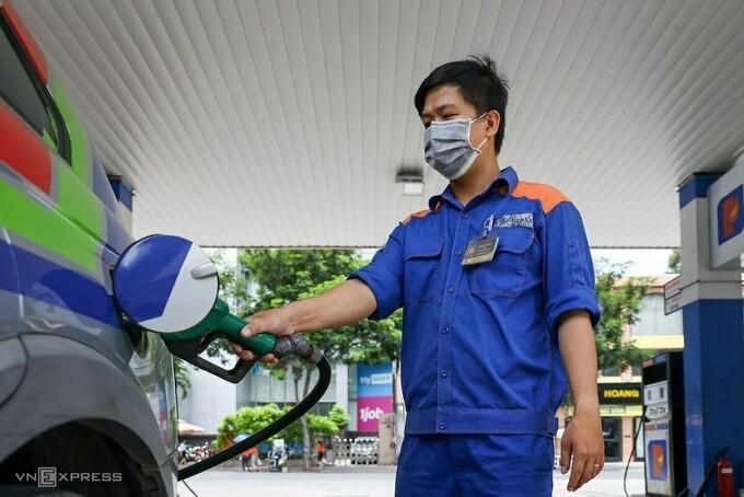 Đổ xăng cho ôtô tại trạm của Petrolimex ở TP HCM